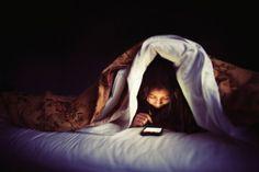 Kết quả hình ảnh cho Không tắt điện thoại khi ngủ/ thức khuya dùng điện thoại