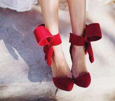 「女の人生は平坦じゃない。だから歩くのが楽しくなる特別な靴が必要なのだ。」とは、sex and the city の主人公キャリーの言葉。大人になれば、嫌なことでも辛い事があっても乗り越えなきゃいけない時がある。そんな辛い時、前に進む力をくれるパートナーのような素敵な靴をまとめました♡