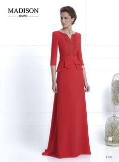 #Vestido de fiesta largo de #Madison confeccionado en crepe rojo; falda lisa con cola y faldón con tablas, cuerpo liso adornado con pasamanería y cinturón. #madrinas #invitadas #bodas #moda