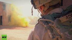 """US-Soldaten des 1. Bataillons, des 6. Infanterie-Regiments, des 2. Brigaden-Kampf-Teams und der 1. Infanterie-Division haben gemeinsam die städtische Kriegsführung auf einer Trainingsstätte in Orogrande trainiert. Das Training dient dazu, sicherzustellen, dass die Soldaten """"für weltweite militärische Operationen vorbereitet sind"""". Auch den Kommandanten soll so ermöglicht werden, ihre Systeme und Prozesse auszuführen. In dem Video sind einige Männer als Terroristen verkleidet."""