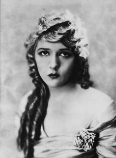 Born Gladys Louise Smith in Toronto, Canada. She was a co-founder of United Artists and, in one of the 36 founder members of the Academy of Motion Picture Arts and Sciences, which awards the Oscars. Vintage Hollywood, Hollywood Glamour, Hollywood Stars, Classic Hollywood, Hollywood Icons, Hollywood Actresses, Silent Film Stars, Movie Stars, Evans