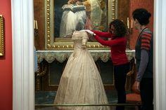 """Montaje de la exposición temporal """"La moda romántica""""   by Museo del Romanticismo"""