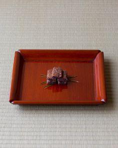 菓=常盤木/鎰屋政秋(京都) 器=利休形松ノ木盆 四代中村宗哲作 江戸時代