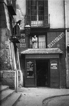 Old Madrid: Calle Cuchilleros, 1950 Old Pictures, Old Photos, Metro Madrid, Pamplona, Murcia, Malaga, Granada, Historical Photos, Belle Photo