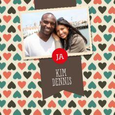Vintage trouwkaart met hartjes als achtergrond en retro kleuren. Banner met jullie namen en oude foto van jullie samen.