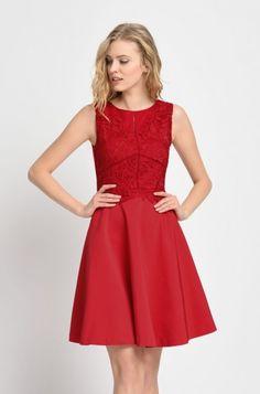 Rozkloszowana sukienka z koronkową aplikacją