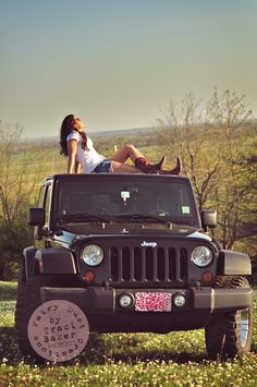Senior Girl Pose on a Jeep