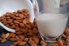 Recept na domácí mandlové mléko • CukrFree.cz Golden Milk, Glass Of Milk, Low Carb, Drinks, Food, Smoothie, Turmeric, Recipies, Drinking