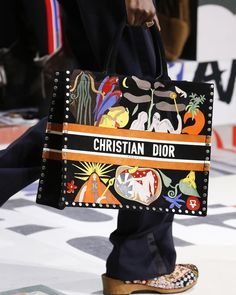The complete Christian Dior Fall 2018 Ready-to-Wear fashion show now on Vogue Runway. Burberry Handbags, Chanel Handbags, Fashion Handbags, Fashion Bags, Fashion Mode, Dior Fashion, Chanel Bags, Zapatillas Louis Vuitton, Christian Dior Bags