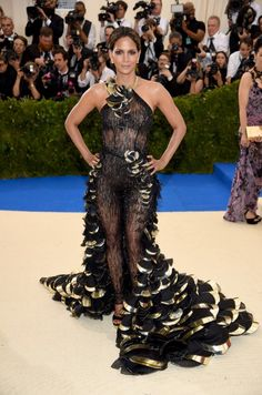 Halle Berry  What happened to your stylish taste in clothes?