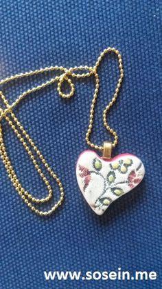"""Tyche""    Kette mit Keramikanhänger  Anhänger 2,5 x 2 cm / Kette 21,5 cm lang   Jeder Anhänger ist ein Unikat!  Künstlerin Martina Piller, Bruck a.d. Leitha   Preis: EUR 15,-- + 2,50 Porto Shops, Ceramic Jewelry, Pendant Necklace, Ceramics, Shopping, Fashion, Porto, Handmade Jewelry, Chain"