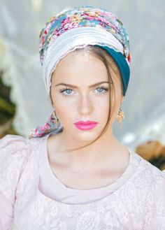 Elegant scarf style head covering made of viscose and lace, and decorated with a vintage flower pin. Color: floral pattern in pink & turquoise Turbans, Pink Jasmine, Mode Turban, Hair Cover, Turban Style, Bandana Hairstyles, Pink Turquoise, Floral Scarf, Beauty Full Girl