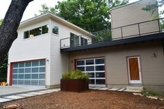 Apartment in Austin, United States. This amazing modern contemporary GREEN 1BD / 1BA Garage Apt is nestled in the treetops on a sleepy street in the very popular Zilker/Barton area. Located within walking distance of Zilker Park, Barton Springs, and the Hike and Bike Trail.  This mo...