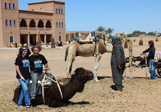 Unos amigos con nuestras camisetas en Marruecos