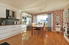 Kök med matplats Kitchen Dining, Dining Room, Table, Furniture, Home Decor, Decoration Home, Room Decor, Tables, Home Furnishings
