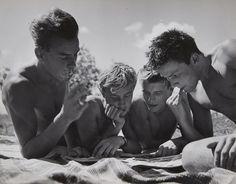 Herbert List, Ohne Titel (Lesende Jungen), 1950er Jahre, Auktion 1041 Photographie, Lot 59