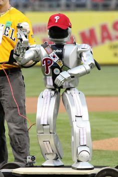Robot throws out the first pitch in Philly  and The Phannatic is the best part of this!