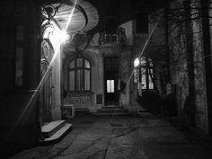 Bucuresti Realist Veche curte a unei căsuțe art nouveau pe strada Stelea Spătarul, la ceas de seară smile emoticon  Source: Bucuresti Realist. Toate drepturile rezervate. Art Nouveau, Bucharest