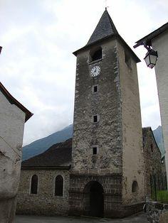 La tour de l'église de Lées Athas - Vallée d'Aspe, Pyrénées Atlantique