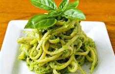 Ponete nel frullatore il basilico, l'aglio e i pinoli. Aggiungetevi 1/2 bicchiere di olio di oliva, un pizzico di sale e pepe e frullate. Mescolate al pesto il formaggio grattugiato. Lessate la pasta in abbondante acqua salata, scolatela al dente e conditela con il pesto, aggiungendo un po' d'olio se necessario. Mescolate bene e servite.... Aglio, Spaghetti, Ethnic Recipes, Food, Gastronomia, Essen, Meals, Yemek, Noodle