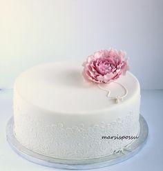Pioni ja pitsiä rippikakussa Holy Communion Cakes, Confirmation Cakes, Girl Cakes, Confectionery, Party Cakes, Beautiful Cakes, Yummy Cakes, Cake Designs, Cake Decorating