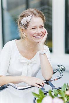 noni 2015 Fascinator zum Brautkleid mit unterschiedlich großen Knöpfen in elfenbein und rosé und Hutschleier (www.noni-mode.de - Foto: Le Hai Linh)