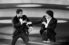 Muhammad Ali joke fighting Sylvester Stallone at the 1976 Oscars. Jackie Stallone, Sylvester Stallone, Rare Pictures, Rare Photos, Cool Photos, Vintage Photos, Ryan O'neal, Mohamed Ali, Chuck Norris