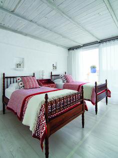 Uno de los dormitorios, con camas de estilo inglés.