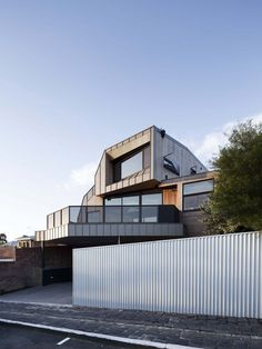 Gardiner Architects shelters Melbourne house beneath folded zinc roof