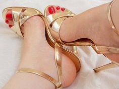 Bom diaaaa meus amores! Dêem um look nessa sandália maravilhosa ❤️ Calcanharzinho a mostra, um charme!