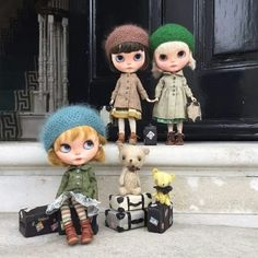 Blythe custom - Please take us with you mummy! We've packed our bags and we promise t be really, really good! Blythe Dolls, Coloring Pages, Crochet Hats, Teddy Bear, Photo And Video, Cute, Bags, Animals, Collection