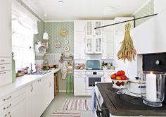 Mitä maalaisromanttiseen keittiöön kuuluu? Peiliovinen kaapisto, avohyllyjä… Beautiful Wall, Kitchen Nook, Interior, Vintage Kitchen, House, Kitchen, Home Decor, Cottage, Kitchen Cabinets