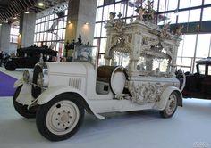 http://assets.blog.hemmings.com/wp-content/uploads//2012/02/Spanishfuneralcars_06_1500.jpg