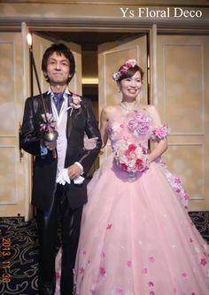 こちらのおふたりのお色直しのときのご様子です。白ドレスから、お花のついたピンクのドレスにお召かえです。ドレスにあわせたピンク色+白いホワイトスターを盛り込...