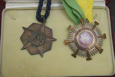 Medalla otorgada a Antonio Oliver en 1957 por su nombramiento como Académico Correspondiente de la Academia Nacional de Artes y Letras de La Habana (Cuba), y Medalla de la Academia de Artes y Ciencias de Puerto Rico a Carmen Conde, por su nombramiento como Académica Correspondiente de la misma (1979)