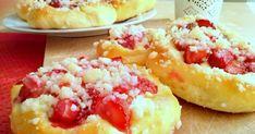 Sezon truskawkowy w pełni, dlatego też na słodkie śniadanie czy niedzielny deser proponujemy wspaniałe, baaardzo mięciutkie i niezwykle łatwe drożdżóweczki, które z pewnością zasmakują niejednemu miłośnikowi tych owoców. A dodatek kruszonki sprawi, że poczujemy się jak w najlepszej cukierni :) deser, drożdżowe, piekarnia, truskawki, bułki i bułeczki, drożdże, lato, do ręki, na słodko, pieczenie, kruszonka, szybkie, najlepsze, domowe drożdżówki Hawaiian Pizza, Bruschetta, Mashed Potatoes, Cake Recipes, Sweet Tooth, Good Food, Breakfast, Ethnic Recipes, Food Cakes