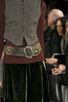 Ralph Lauren - Detalles - ele sempre coloca uma roupa classica, linda e neutra e um cinto, um brinco, uma bolsa para quebrar a monotonia, desencaretar a roupa..