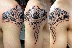 Polynesisches Tattoo am Schulter mit Schrift