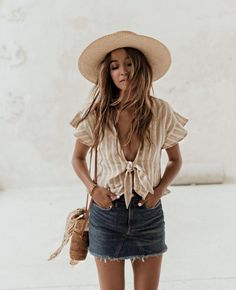We love a cute denim skirt, and this boho style is one of our favorite denim skirt outfits! Denim Skirt Outfits, Casual Outfits, Cute Outfits, Outfits With Jean Skirt, Casual Summer Clothes, Casual Summer Outfits Women, Denim Skirt Outfit Summer, Europe Outfits Summer, Boho Chic Outfits Summer
