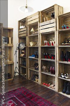 Das Modulsystem für die Aufbewahrung von Schuhen lässt sich ganz leicht selber aus rustikalen Holzkisten bauen. Die Stehleuchte im Industrie-Chic passt zu dem rustikalen Look des Schuhschranks.