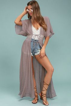 We are swept up in the cool look of the Carried Away Mauve Embroidered Maxi Top! Gauzy woven poly maxi top with sheer embroidery and a tying waist. Long Kimono Outfit, Boho Dress, I Dress, Moda Hippie, Lace Kimono, Short Kimono, Mauve Dress, Boho Look, Boho Chic