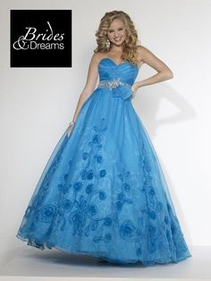 Mira este vestido de #Quinceañera!!!  Con diseños florales en 3D de tela organza y hermoso cinturón en pedrería, haciendo de este vestido aun mas elegante.  Celebra con nosotros el #8voAniversarioBridesAndDreams,  solo en Portal de Bodas Guatemala con #NuevosyMejoresServicios para tus eventos especiales.