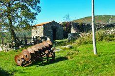 Venham connosco até às Aldeias de Portugal do Vale do Minho, onde a paisagem serrana se mescla com as tradições e o casario. Sinta a calma e a tranquilidade de uma região onde a água corre incessantemente e passeie por entre a neve e os animais.
