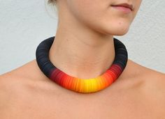 This Statament Necklace CARTA consists of paper disks in black and sun colors, that are thread on an elastic cord. The disks have a diameter of