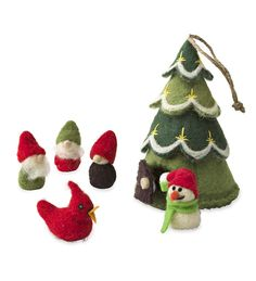 Felt Holiday Tree House Play Set—Great gift for kids #holiday2016—full of personality and great for travel, this play set is a winner!