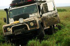 Encalhada no Maasai Mara - Quênia  A intensa chuva que pegamos, dentro da Reserva Nacional Maasai Mara, transformou as vastas planícies quenianas em pura lama. Aqui, em territórios de muitos leões, o jeito foi trabalhar rápido.