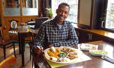 Waar vroeger een buurtcafé zat kun je nu Oost-Afrikaans eten. Bij Sallina's doe je dat, zoals de traditie dat wil, met je handen. Pannenkoekjes met lekkers