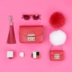 It's diva time!  #furlafeeling #whatsinmybag #furlametropolis #fashion #pink