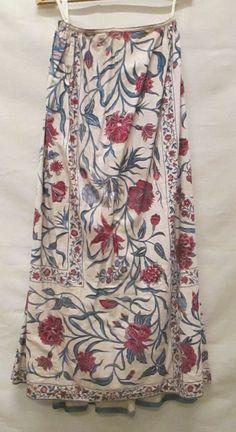 Petticoat/rokken. Rok, gemaakt uit sprei van Indische sits, wit fond beschilderd met grote bloemranken in blauw, rood en paars, gescheiden door blauwe randen ingevuld met kleinere bloemranken. c1750-75 Dutch Identifier 1025681