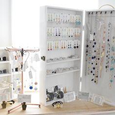 完成!持ち運べるアクセサリーボックスVol.3 - 暮らしニスタ Market Stall Display, Market Stalls, Shop Window Displays, Jewellery Storage, Jewellery Display, Diy Jewelry, Jewelry Box, Shop Interior Design, Store Design